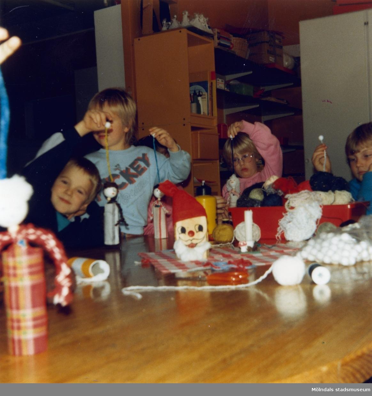 Dagisbarnens egna dockor. Dockteater hos Hällesåker deltidsgrupp 1986-12-10. Fotografi ur album tillhörande Blanka Kaplan.
