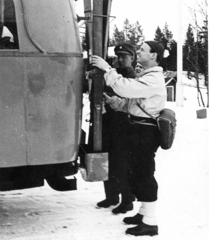 Linjerna Ånge - Röjan - Fjällnäs. Buss med skidställ, Fjällgården, 1932. Foto: Per Nilsson-Tannér, Tandsbyn.