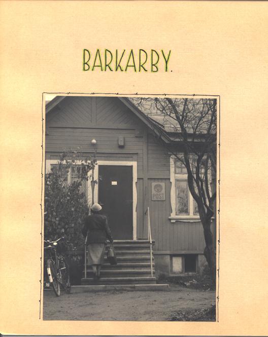 Barkarby poststation exteriör med postskylt, huset är av trä med hög trappa och snickerier.