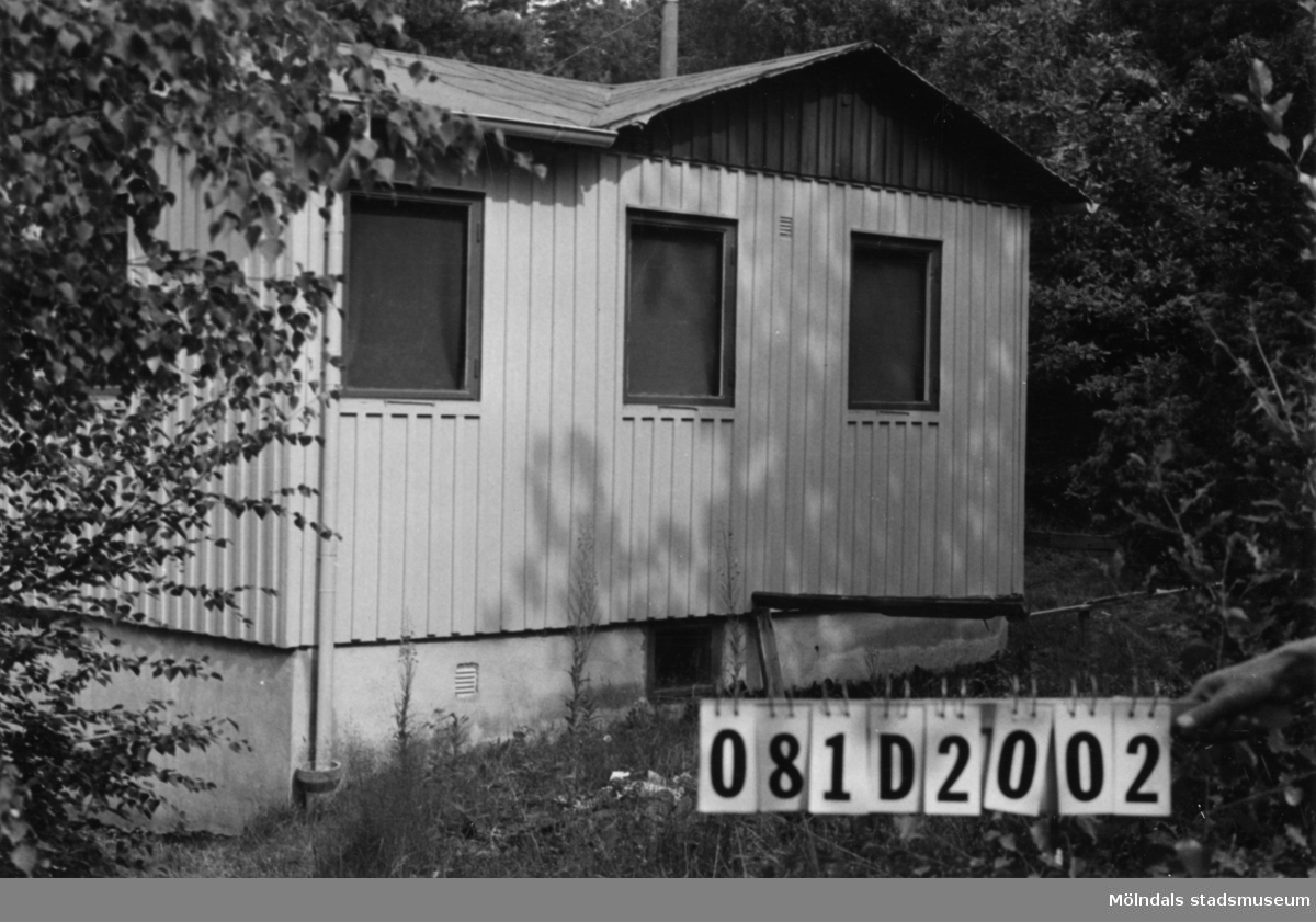 Byggnadsinventering i Lindome 1968. Greggered 1:41. Hus nr: 081D2002. Benämning: fritidshus och redskapsbod. Kvalitet, fritidshus: mycket god. Kvalitet, redskapsbod: god. Material: trä. Tillfartsväg: framkomlig.