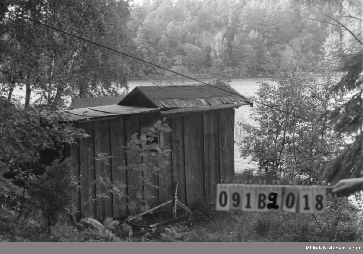 Byggnadsinventering i Lindome 1968. Greggered (1:5). Hus nr: 091B2018. Benämning: skjul. Kvalitet: dålig. Material: trä. Tillfartsväg: ej framkomlig.