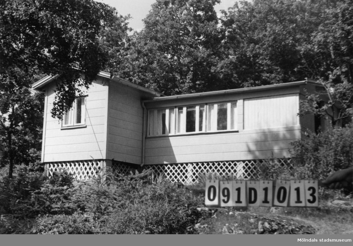 Byggnadsinventering i Lindome 1968. Skräppholmen 2:2. Hus nr: 091D1013. Benämning: fritidshus och redskapsbod. Kvalitet: god. Material, fritidshus: eternit. Material, redskapsbod: trä. Övrigt: lekstuga. Tillfartsväg: framkomlig. Renhållning: soptömning.