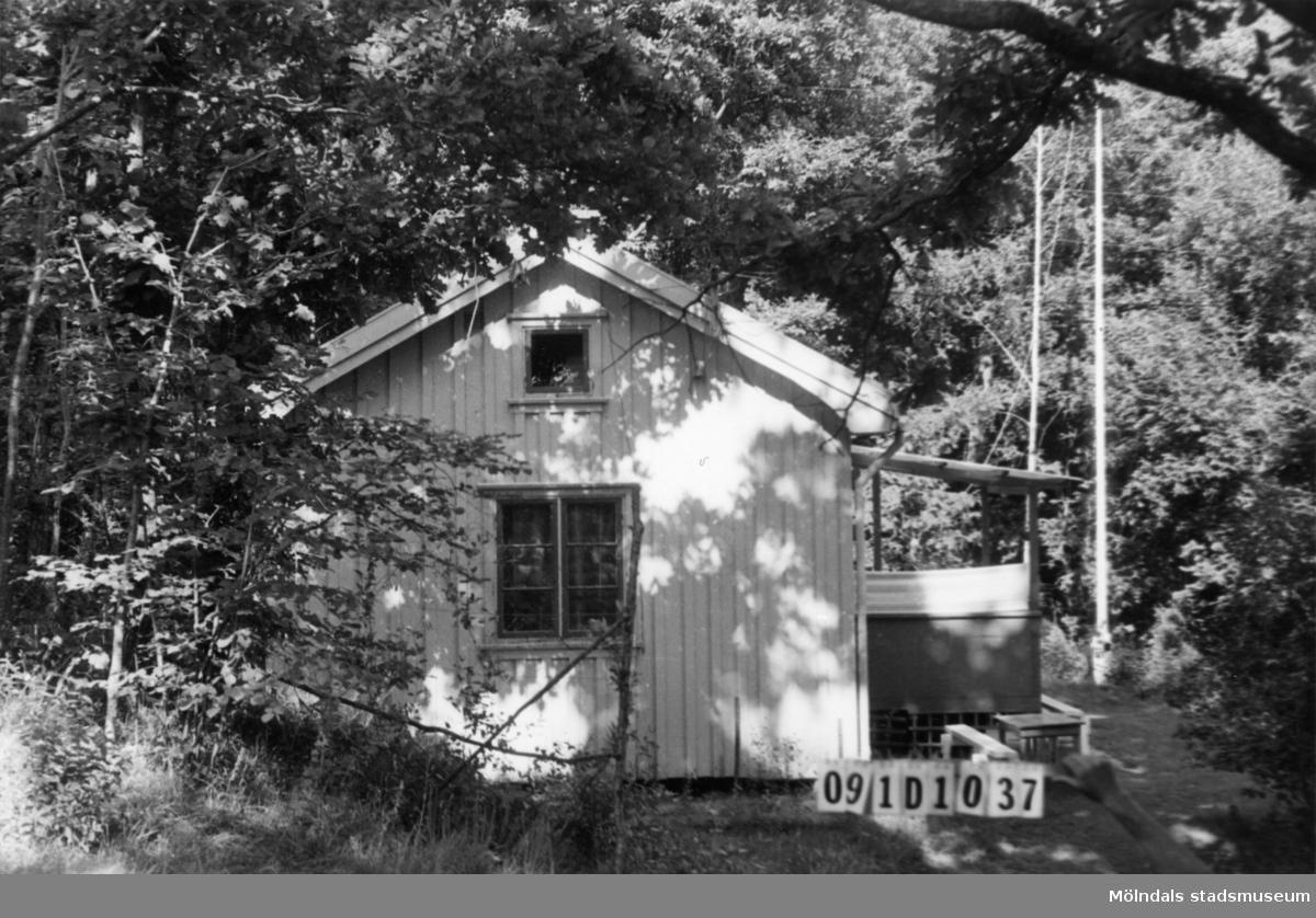 Byggnadsinventering i Lindome 1968. Skräppholmen 2:16. Hus nr: 091D1037. Benämning: fritidshus och redskapsbod. Kvalitet: mindre god. Material: trä. Tillfartsväg: framkomlig. Renhållning: soptömning.