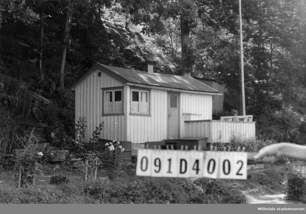 Byggnadsinventering i Lindome 1968. Ranered 1:56. Hus nr: 091D4002. Benämning: fritidshus och redskapsbod. Kvalitet: mindre god. Material: trä. Övrigt: välordnat. Lyser vitt i landskapet. Tillfartsväg: framkomlig. Renhållning: ej soptömning.