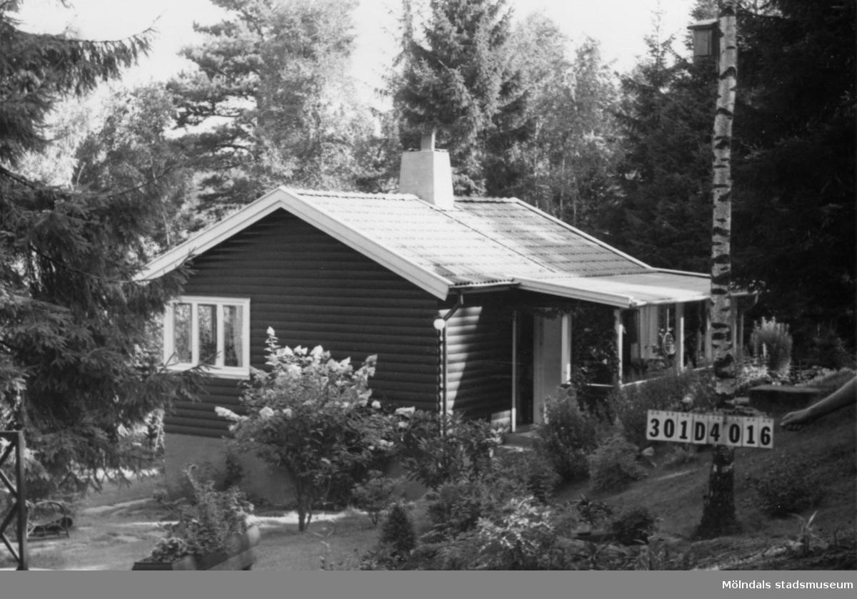 Byggnadsinventering i Lindome 1968. Inseros 1:50. Hus nr: 301D4016. Benämning: fritidshus och två redskapsbodar. Kvalitet, fritidshus: mycket god. Kvalitet, redskapsbodar: god. Material: trä. Tillfartsväg: framkomlig. Renhållning: soptömning.
