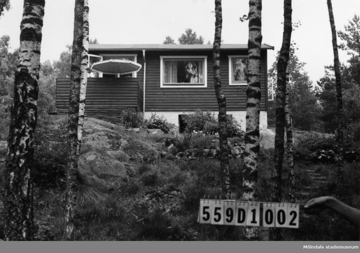 Byggnadsinventering i Lindome 1968. Långås 1:33. Hus nr: 559D1002. Benämning: fritidshus. Kvalitet: mycket god. Material: trä. Tillfartsväg: framkomlig. Renhållning: soptömning.