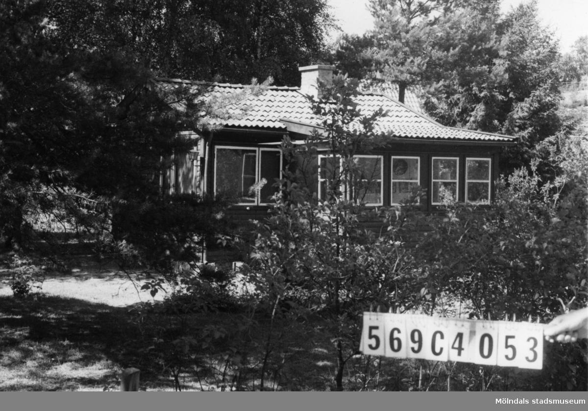 Byggnadsinventering i Lindome 1968. Gårda 2:47. Hus nr: 569C4053. Benämning: fritidshus och redskapsbod. Kvalitet: god. Material: trä. Tillfartsväg: framkomlig.
