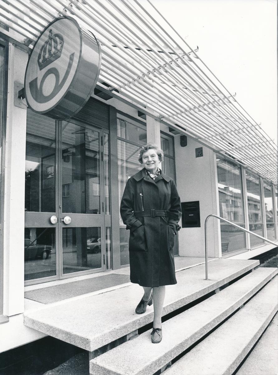 Exteriör av Postkontoret Klagstorp. Dagny Persson avslutar sin sista dag vid kontoret efter 51 års anställning, 1976.