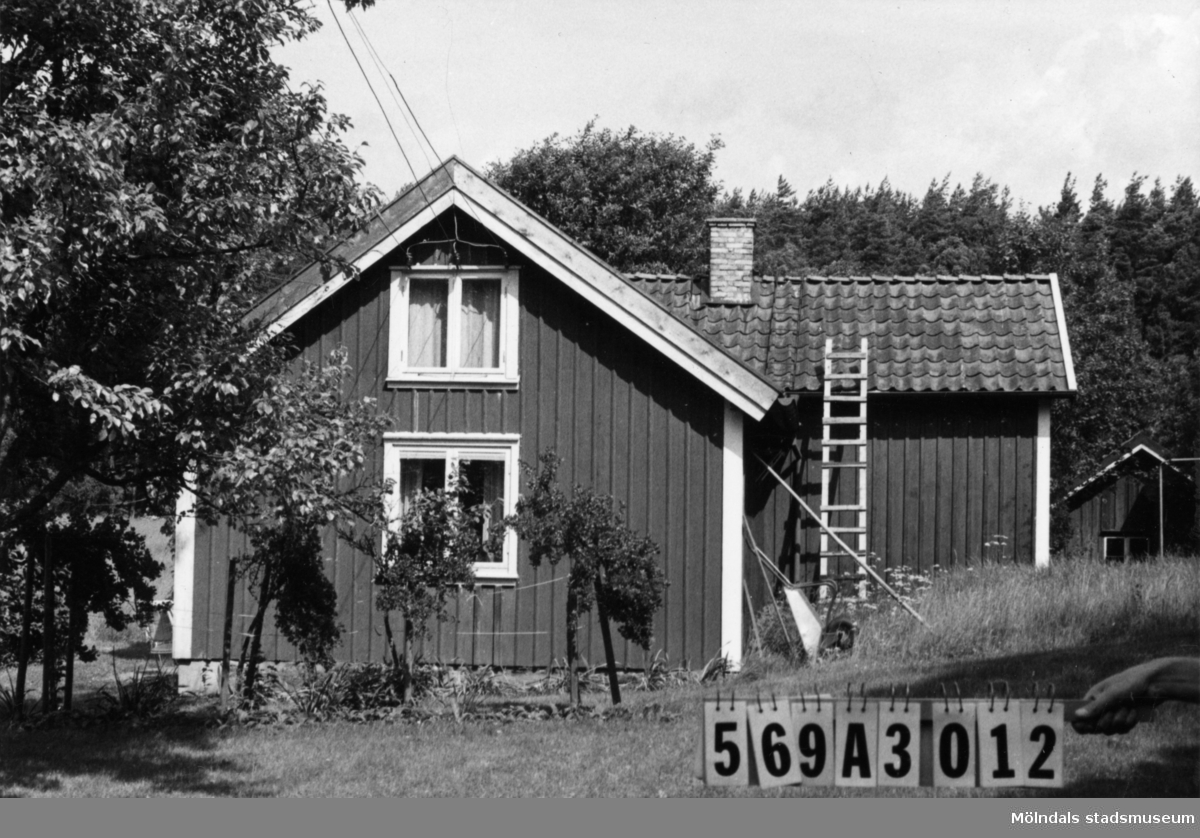 Byggnadsinventering i Lindome 1968. Lillängen 1:1. Hus nr: 569A3012. Benämning: permanent bostad och ladugård. Kvalitet, bostadshus: mindre god. Kvalitet, ladugård: dålig. Material: trä. Tillfartsväg: ej framkomlig. Renhållning: soptömning.