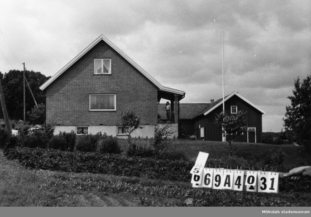 Byggnadsinventering i Lindome 1968. Skäggered 1:3. Hus nr: 569A4031. Benämning: två permanenta bostäder och ladugård. Kvalitet, bostadshus: det ena mycket god, det andra mindre god. Kvalitet, ladugård: god. Material, bostadshus: det ena trä, det andra gult tegel. Material, ladugård: trä. Tillfartsväg: framkomlig. Renhållning: ej soptömning.