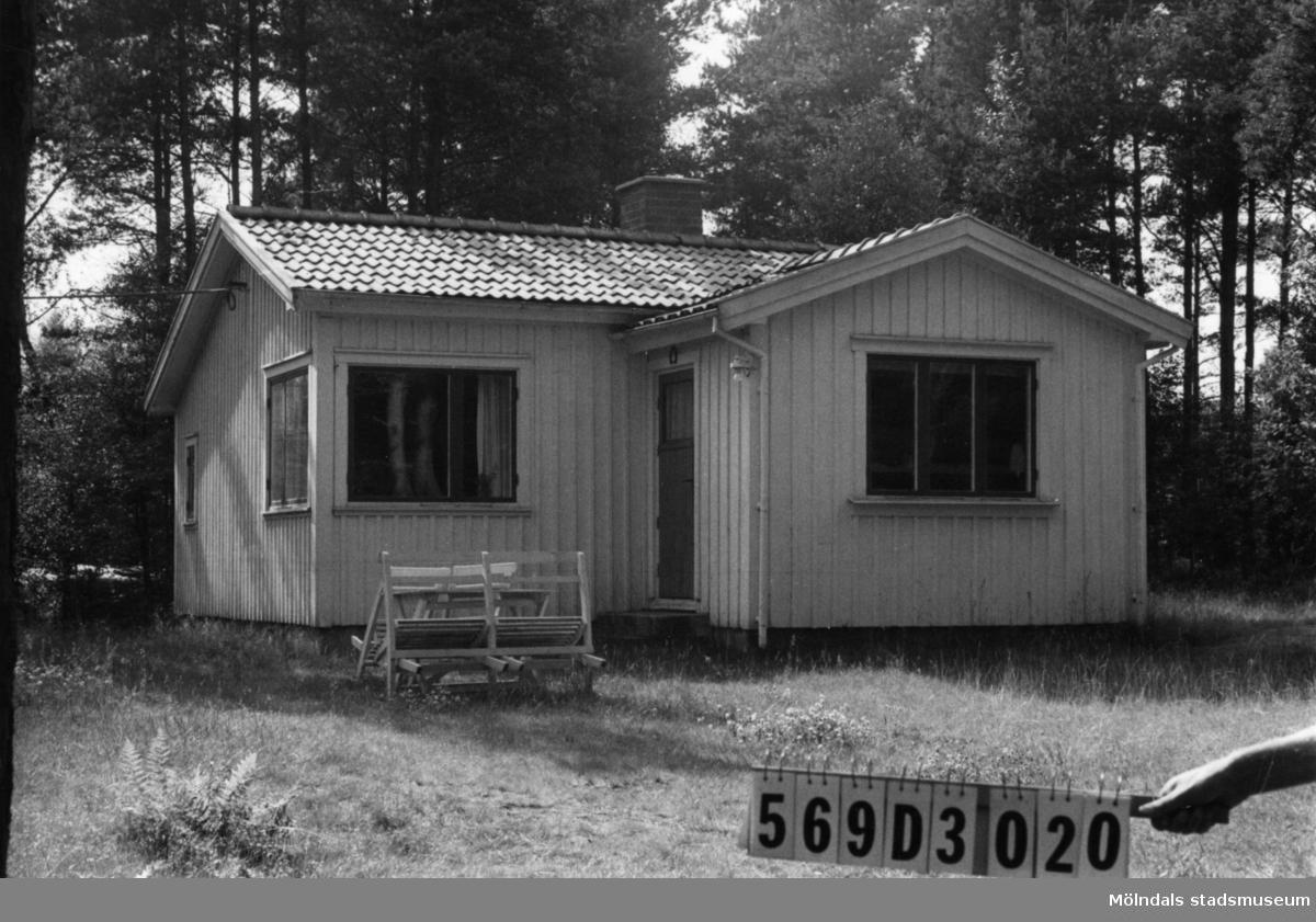 Byggnadsinventering i Lindome 1968. Berget 1:43. Hus nr: 569D3020. Benämning: fritidshus. Kvalitet: god. Material: trä. Tillfartsväg: framkomlig. Renhållning: soptömning.
