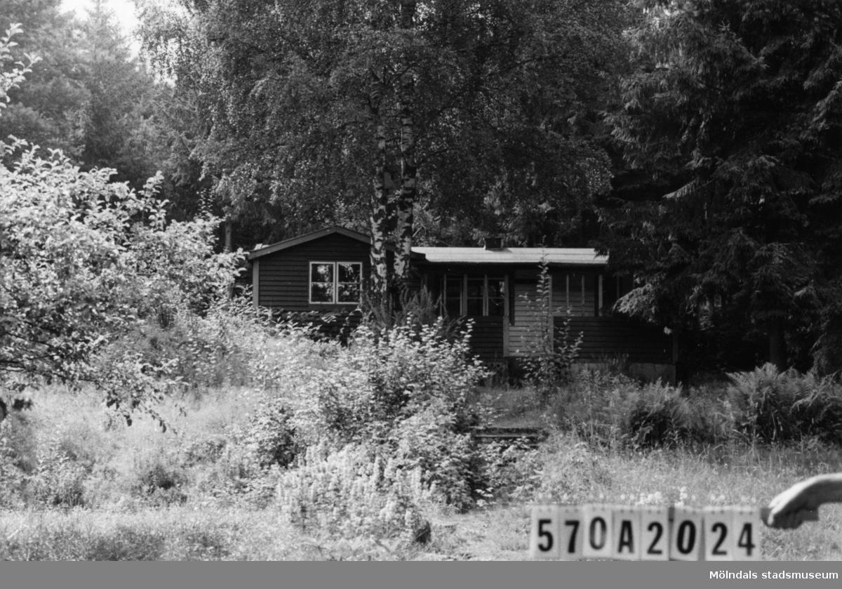 Byggnadsinventering i Lindome 1968. Annestorp 6:32. Hus nr: 570A2024. Benämning: fritidshus. Kvalitet: mindre god. Material: trä. Övrigt: igenvuxet. Tillfartsväg: framkomlig.