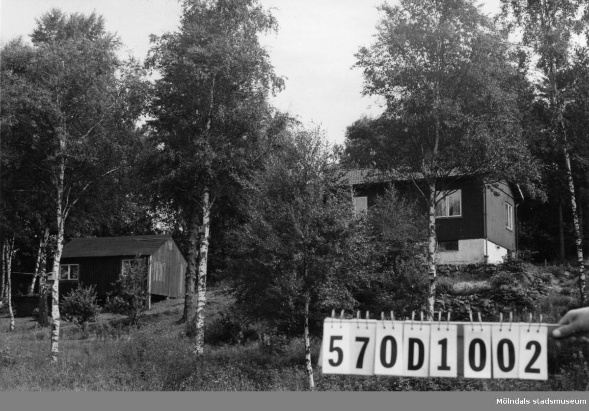 Byggnadsinventering i Lindome 1968. Annestorp 5:28. Hus nr: 570D1002. Benämning: permanent bostad och gäststuga. Kvalitet, bostadshus: mycket god. Kvalitet, gäststuga: mindre god. Material: trä. Tillfartsväg: framkomlig. Renhållning: soptömning.