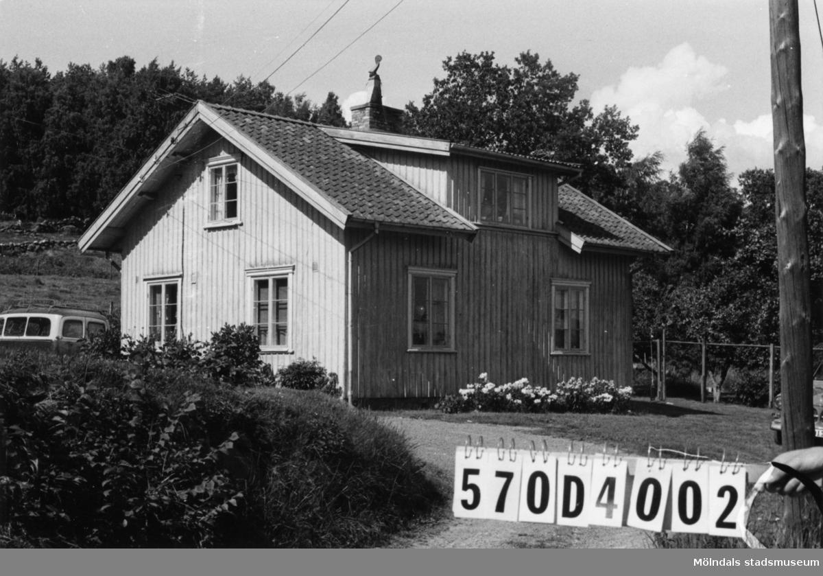 Byggnadsinventering i Lindome 1968. Annestorp 3:8. Hus nr: 570D4002. Benämning: permanent bostad, redskapsbod och garage. Kvalitet, bostadshus: god. Kvalitet, redskapsbod: dålig. Kvalitet, garage: mindre god. Material: trä. Tillfartsväg: framkomlig. Renhållning: soptömning.