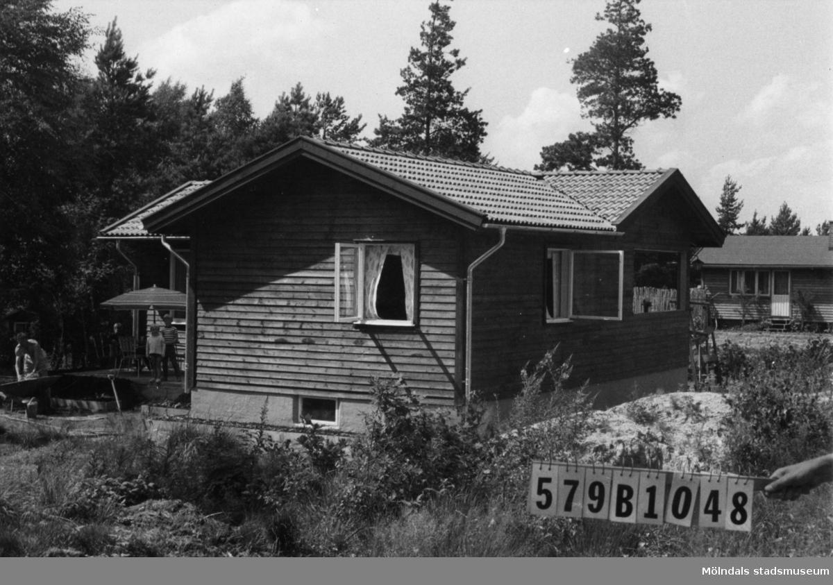 Byggnadsinventering i Lindome 1968. Lindome 6:64. Hus nr: 579B1048. Finns ej på kartan. Benämning: fritidshus och redskapsbod. Kvalitet: mycket god. Material: trä. Tillfartsväg: framkomlig. Renhållning: soptömning.