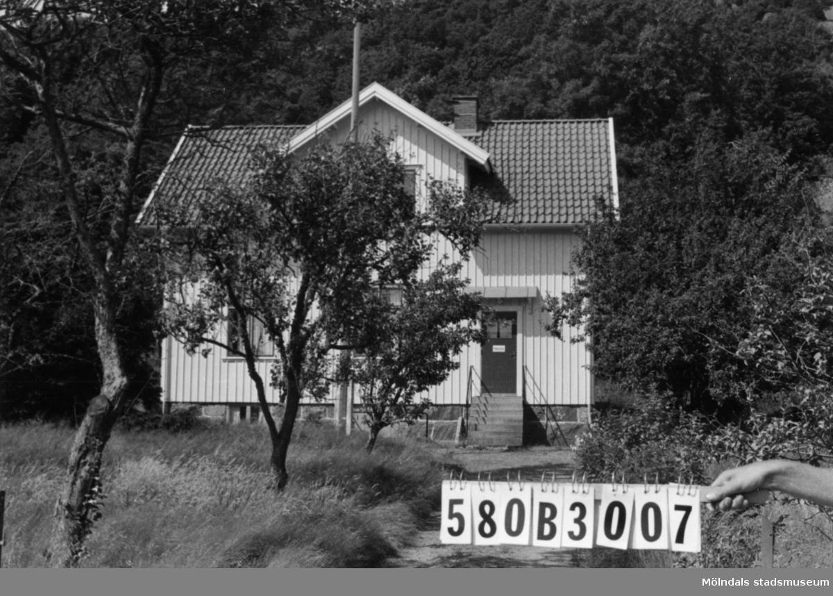 Byggnadsinventering i Lindome 1968. Knipered 3:4. Hus nr: 580B3007. Benämning: bibliotek. Kvalitet: god. Material: trä. Tillfartsväg: framkomlig.