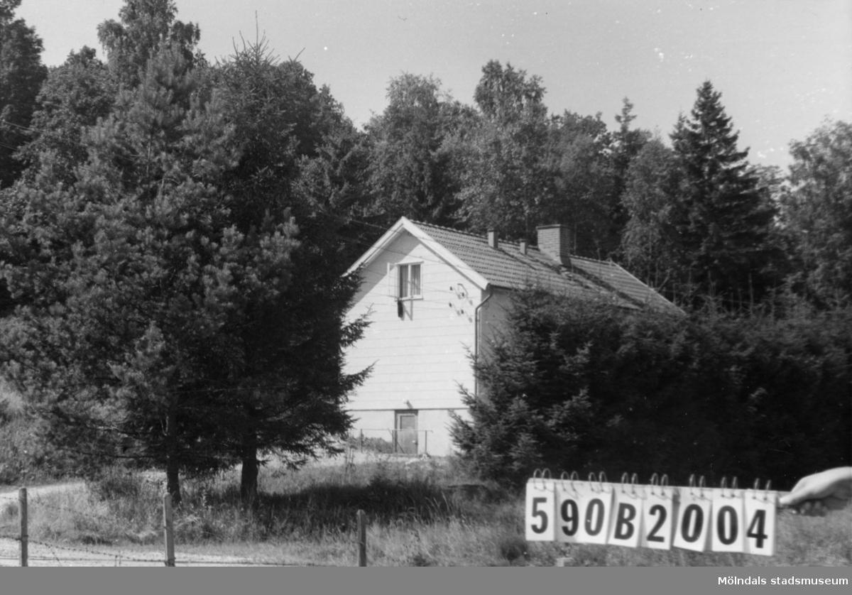 Byggnadsinventering i Lindome 1968. Hällesåker 4:39. Hus nr: 590B2004. Benämning: permanent bostad. Kvalitet: god. Material: eternit. Tillfartsväg: framkomlig. Renhållning: soptömning.