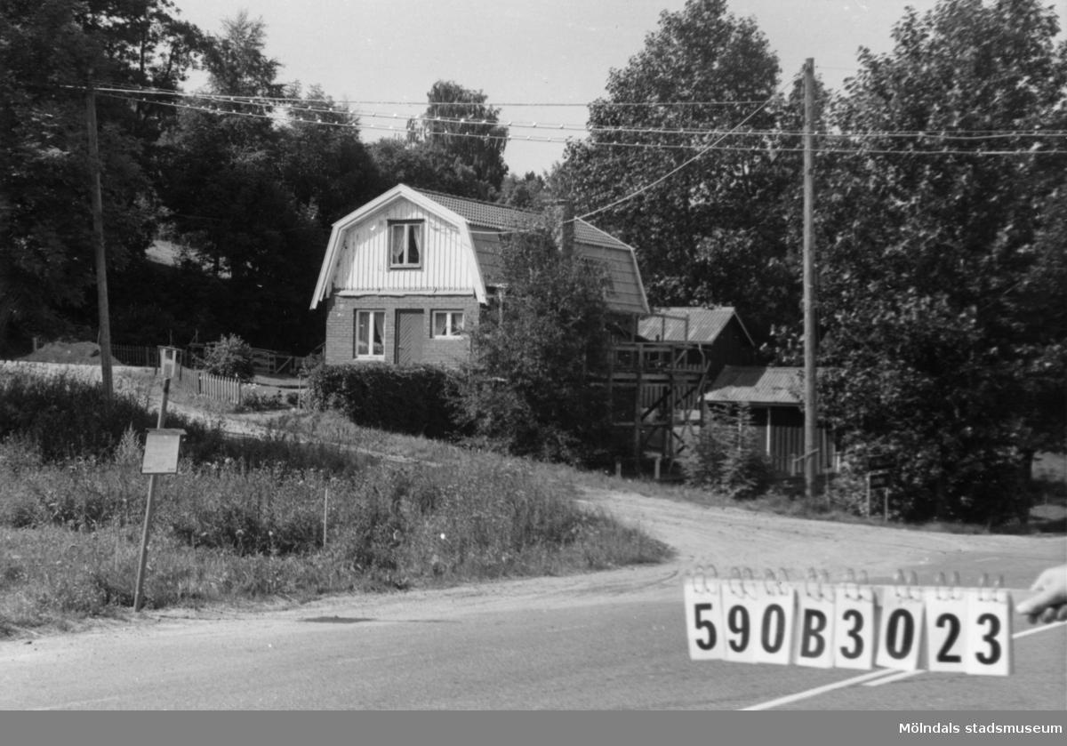 Byggnadsinventering i Lindome 1968. Gårda 1:14. Hus nr: 590B3023. Benämning: permanent bostad och redskapsbod. Kvalitet: god. Material: trä. Övrigt: under reparation. Lekstuga. Tillfartsväg: framkomlig. Renhållning: soptömning.