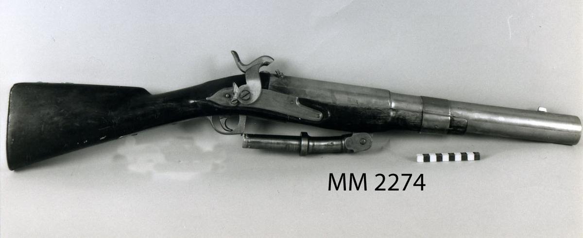 Muskedunder med metallpipa och slaglås. Ändrad från flintlås på 1850-talet. Svensk flintlåsmodell från 1700-talets senare hälft. Pipans längd 525 mm.