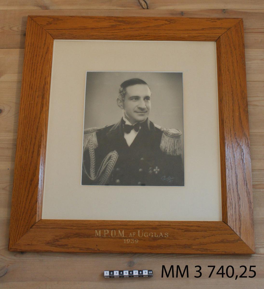 Fotografi M P O M af Ugglas 1939. 25 st fotografier inom glas och ram, av ekfanér, av porträtt av cheferna för Skeppsgossekåren i Karlskrona åren 1875 - 1939. MM3740:1-25.