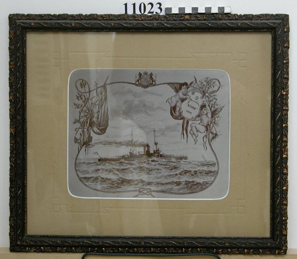 Fotografi inom glas och ram av trä, svart, med ornamentering i gult och svart. Visar pansarbåten NIORD till sjöss under gång efter akvarell av okänd konstnär år 1899. Neg.nr 4931.