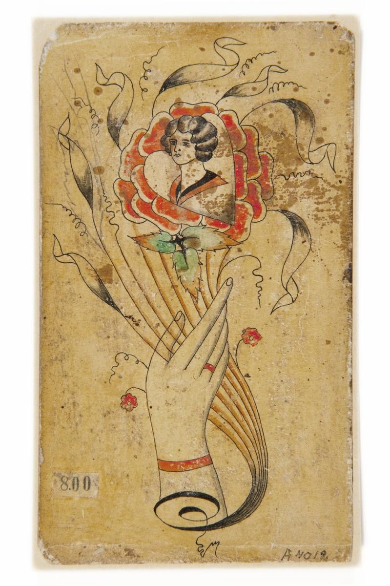 Tatueringsförlaga. En hand med rött armband, hållande i en blombukett. I bukettens mitt en ros, i dess mitt ett kvinnoporträtt i ett hjärta.
