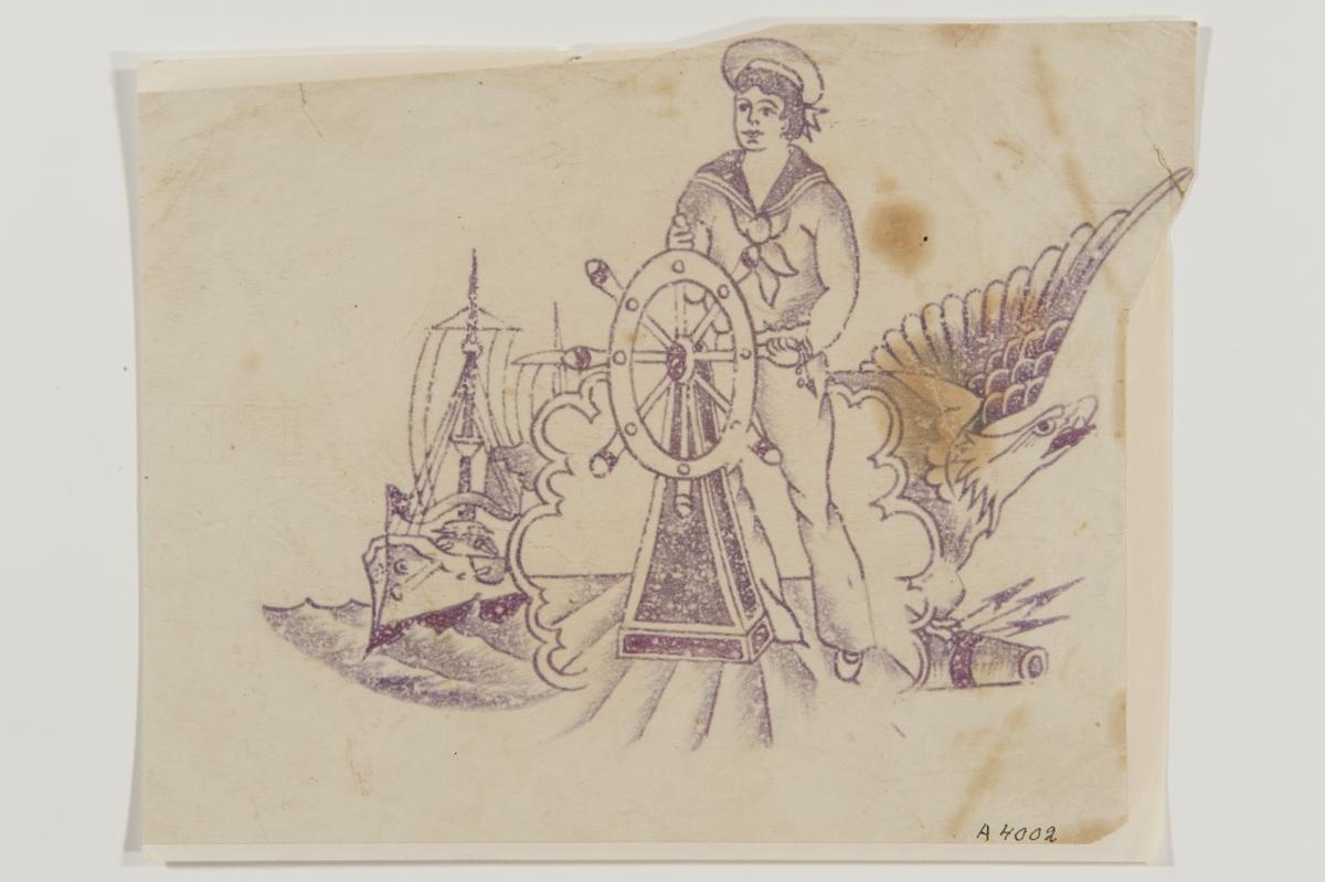 """Tatueringsförlaga. I mitten en sjöman stående vid en ratt. Till vänster ett fartyg. Till höger en örn med en kanon.  """"Troligen en matros i amerikanska flottan. Det var i början av 1900-talet vanligt med tatueringar både inom svenska och amerikanska flottan. Den amerikanska flottan försökte stävja detta. Under en period var exempelvis sjömännen tvungna att tatuera kläder på tatueringar föreställande nakna kvinnor. Flottan representerade nationen och tatueringar sågs som ett tecken på dålig moral. Å andra sidan hjälpte tatueringarna till att skapa sammanhållning mellan sjömännen.""""  Text från appen """"Tatuera dig med Sjöhistoriska"""" som gjordes i samband med utställningen Tro, hopp och kärlek 2012."""