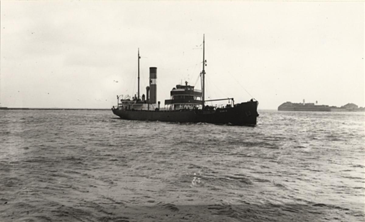 """Foto i svartvitt visande tankångfartyget """"DANIA"""" av Nyborg under gång i farvattnen kring Köpenhamn under 1930-talet."""