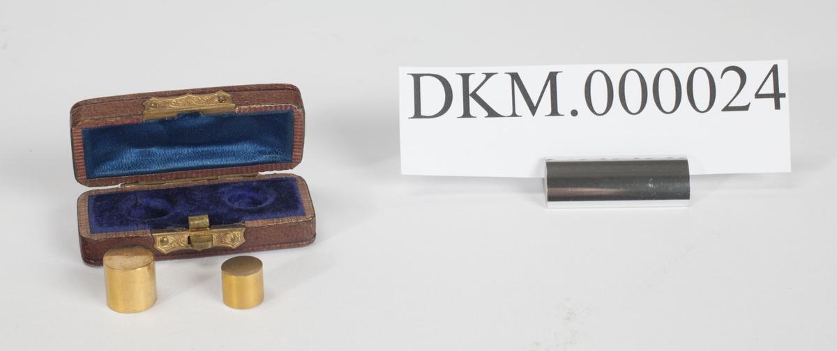 Rektangulært etui som inneholder to myntprototyper for 10 og 20 kroner.