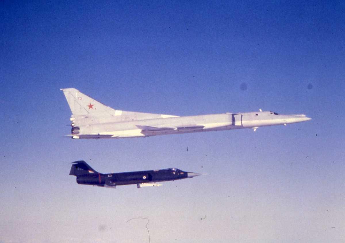 Øverst sees et russisk fly av typen Backfire B med nr. 73 og nederst sees en CF-104G Starfighter, sannsynligvis med nr. 730.