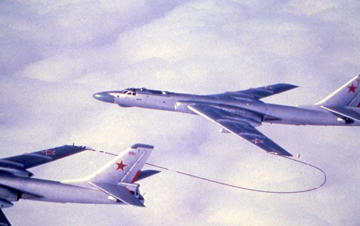 Nærmest sees et russisk fly av typen Badger A Tankfly  med nr. 86 og lengst fra sees et russisk fly av typen Badger C med nr. 50.