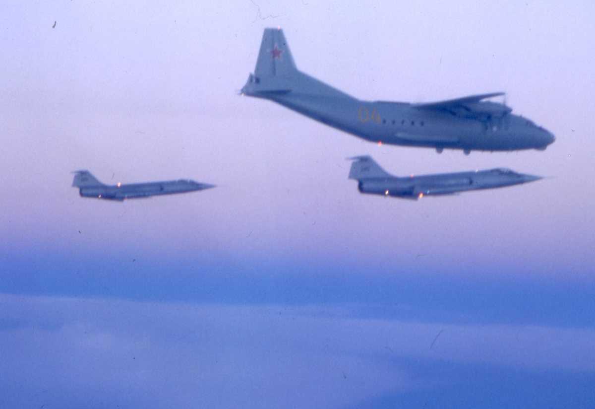 Russisk fly av typen Cub med nr. 04 og under sees 2 stk norske F-104G Starfightere.