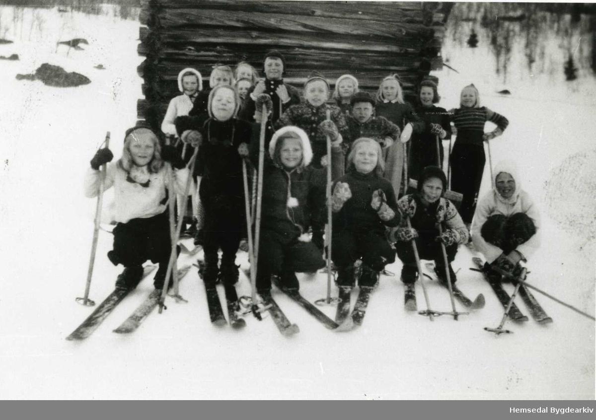 Sundagstur til Gravset i Hemsedal  i 1946. Alle personane på biletet er identifiserte. Oversynliste finst i arkivet til Hemsedal Bygdearkiv