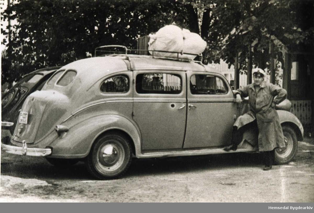 Knut E. Langehaug frå Hemsedal med drosje F12317, ein Chrysler 1937modell med 7-sete, ved Odnes Hotell 1948-1949.