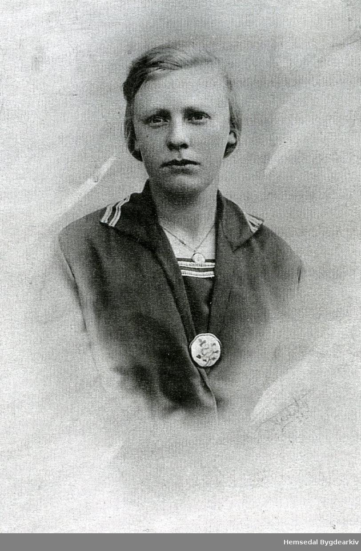 Anne O. Kyrkjebøen, fødd 1908, gift Grøthe.