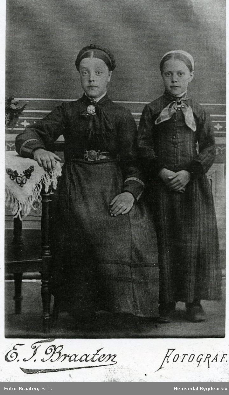 Frå venstre: Ingebjørg Torset, fødd 1876 og Oline Torset (1884-1912)