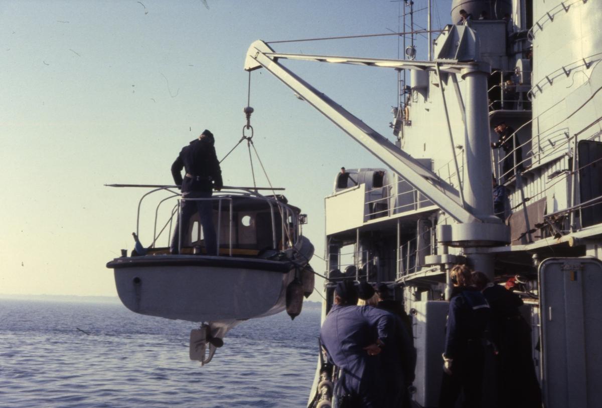 Sista krigsförbandsövningen på Jagaren Hallands långresa 1982 Bilden sjösättningsskeppsbåten.