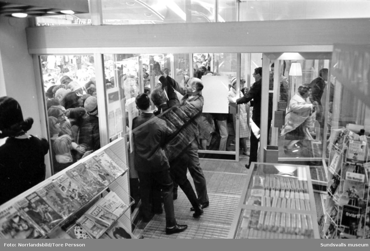 Tempo-invigningen. De första kunderna rusar in då dörrarna äntligen öppnas.