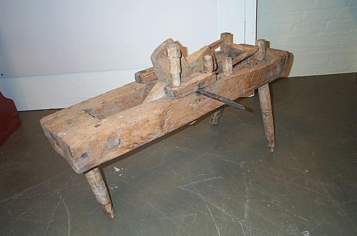 Sjå kat.nr. 4513.  4514: Har til tenen fæstet et kors av træ, hvortil hjulet fæstedes. To av de tre ben er dreiet og profileret.