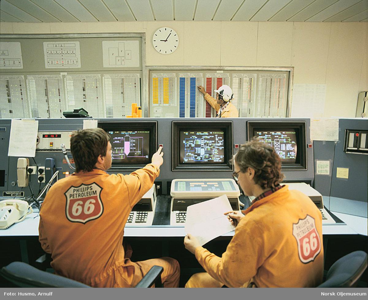 Prosessoperatørene Rune Rekkedal (til venstre) og Jan Sellevold (til høyre) i kontrollrommet på Ekofisk 2/4 Kilo.