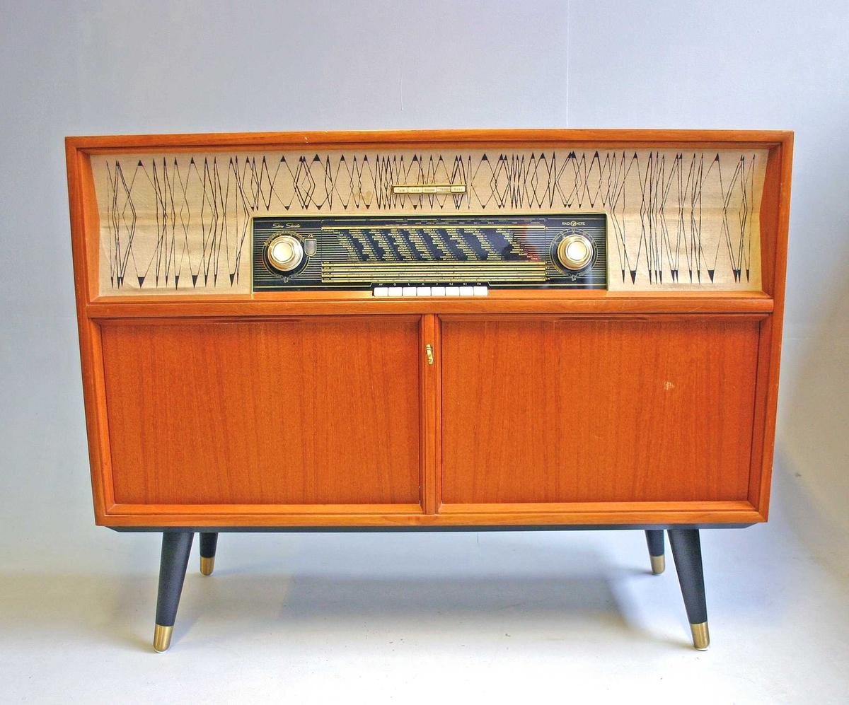 Radiokabinett med hyller for platespelar og bandopptakar.
