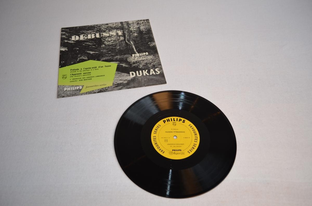 Grammofonplate med etui i papp. På pappetuiet er det avbilda ein skog. Biletet er i svart-kvit medan teksten står i ei gøn rubrikk.