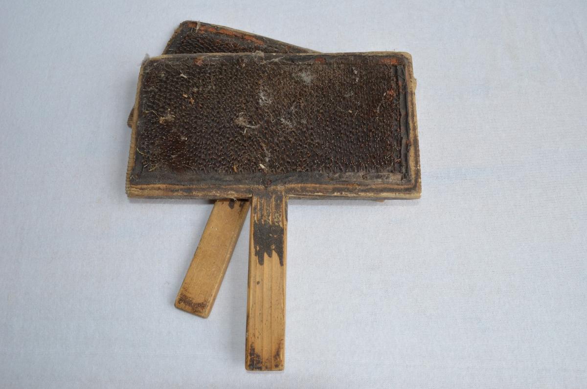 Karde som tyddelig er gamal og godt brukt. Det er rissa P R inn på eine karden. Den tilhøyrer truleg Pernille Rise som var husmor på Rise gard under folketeljinga i 1910.