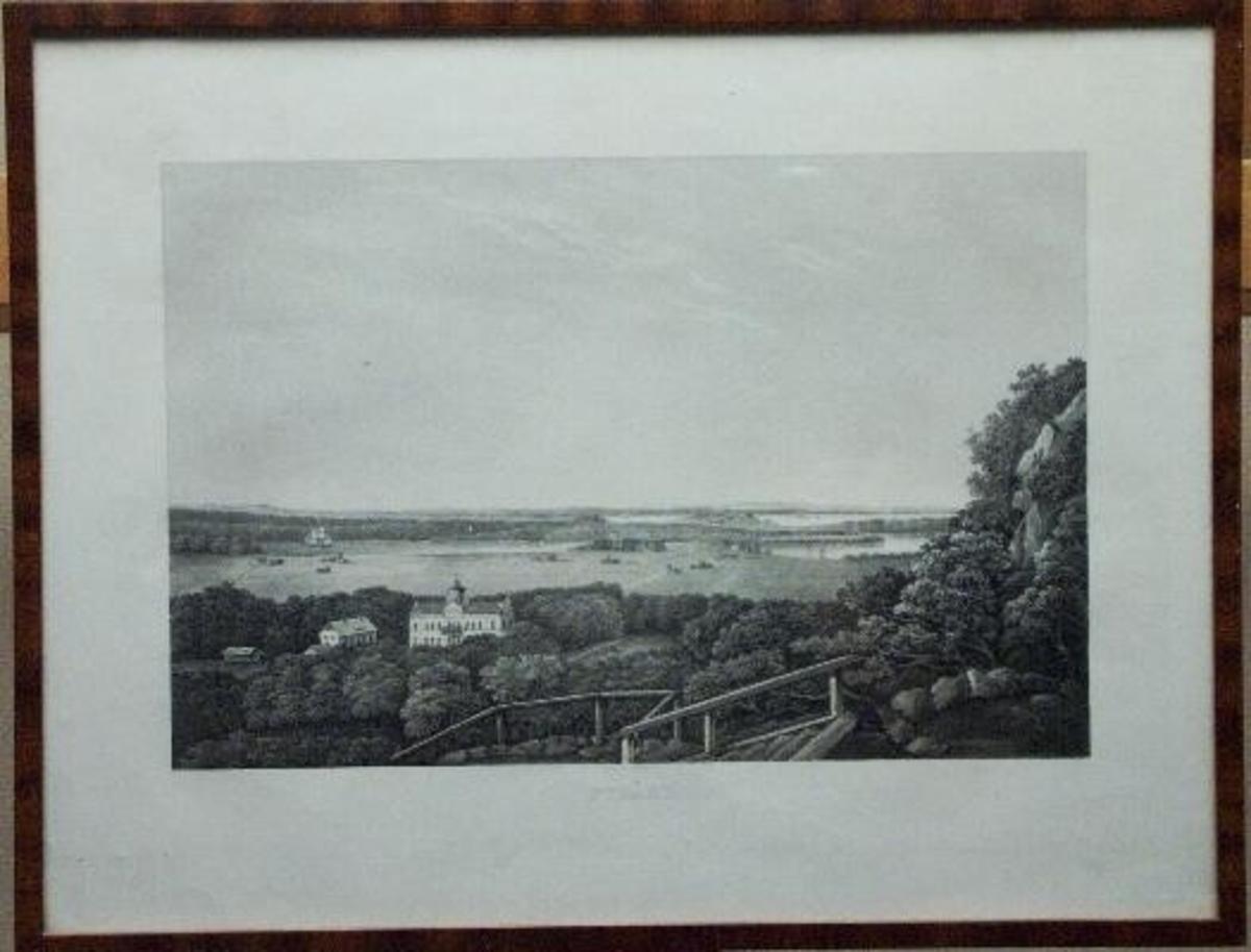 Tavla i ram. Nygård.  Ulric Thersner var militär, major i Fältmätningskåren och tecknare. Hans konstnärliga ideal präglades av tidens romantiskt-idylliska anda. Samma ideal propagerade han för i sin skrift 'Om landskapsmålning' (1828).  Han påbörjade det stora topografiska planschverket 'Fordna och närvarande Sverige' ett arbete, som efter hands död fortsattes av dottern Ulrika. Åren 1817 - 67 gavs 91 häften ut med 366 planscher i akvatint och litografi från 12 olika  landskap. Västergötland representeras av 36 vyer samt ett titelblad utgivna åren 1848 - 65.  Nygårdsbladet visar herrgården i förgrunden med utsikt över Tunhemsslätten och det fjärran Vänersborg i bakgrunden. Vid den här tiden ägdes Nygård av kanal- och järnvägsbyggaren Nils Ericson. Han hade låtit bygga om Corps de logiet c:a 1850 till det utseende det har på bilden, och som det fortfarande har. Ericsons insats bestod i en påbyggnad med en våning till den byggnad som Peter Bagge uppfört 1800. Denna byggnad uppfördes i sin tur som ersättning för en manbyggnad från 1600-talets slut, en byggnad som fortfarande finns kvar på gårdstunet och som alltjämt tjänar som bostad.