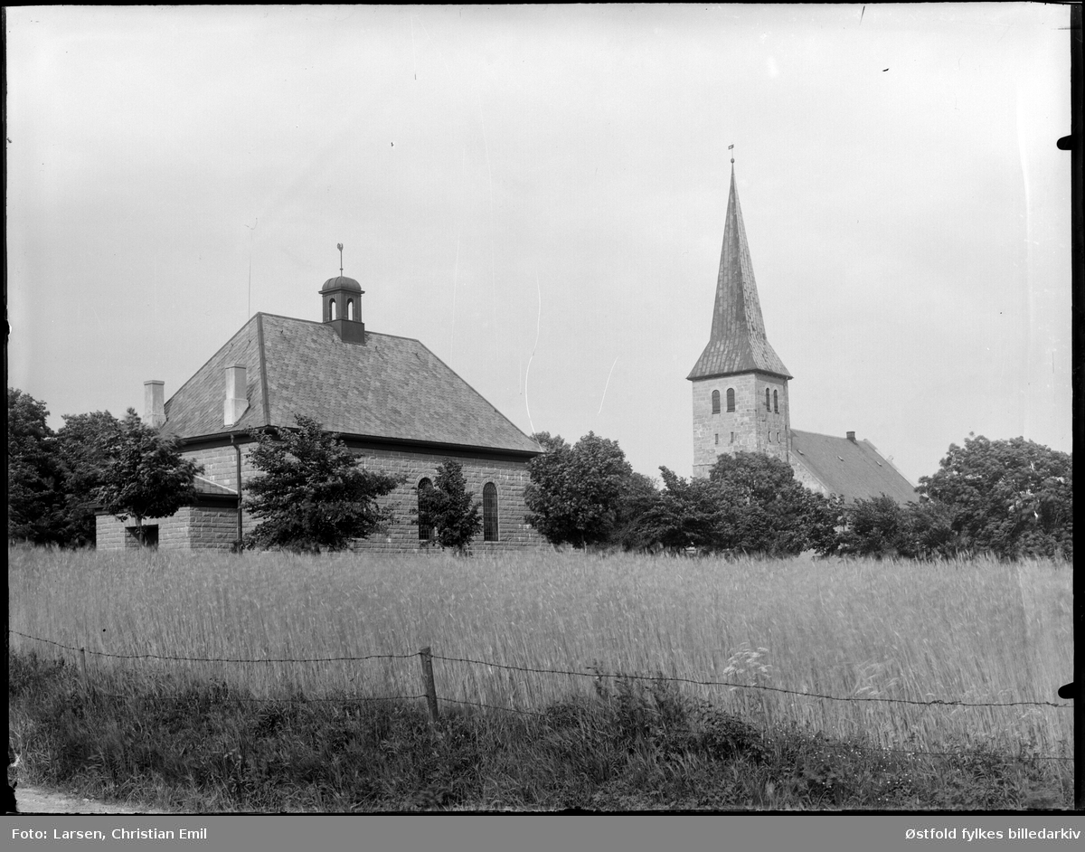 Tune kirke og kapell i Sarpsborg, fotografert etter 1928. Tune kirke er en langkirke fra 1910 og tilhører Sarpsborg prosti. Gravkapellet er fra 1928.