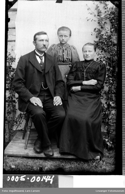 Gruppebilde av mann, kvinne og ei jente.
