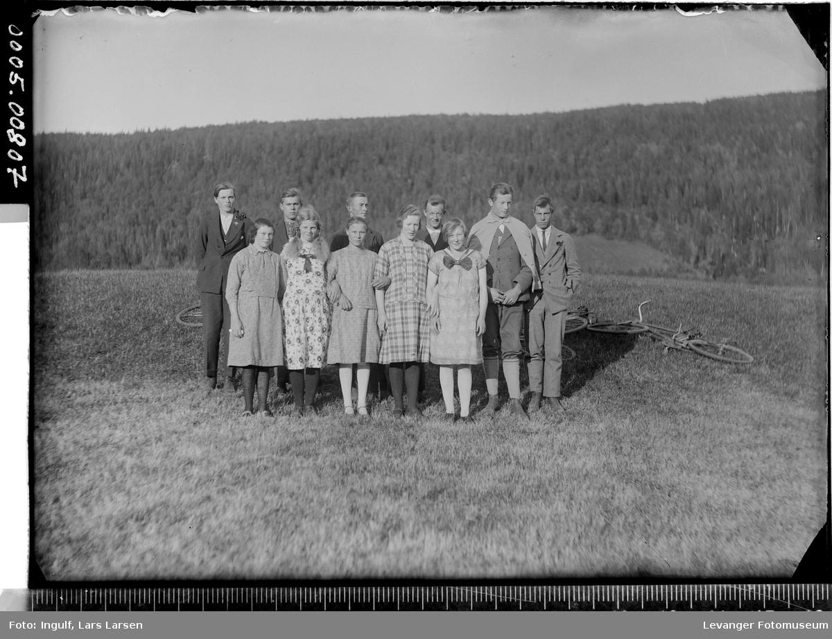 Gruppebilde av ungdommer, fem jenter og seks gutter.