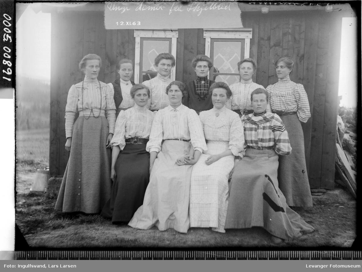 Gruppebilde av ti kvinner.