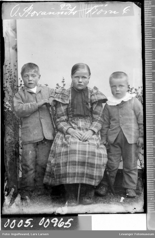 Portrett av to gutter og en jente.