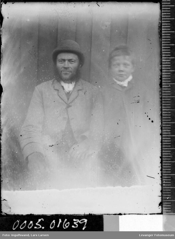 Portrett av en mann og en gutt.